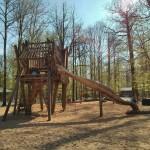 Klettergerüst und Rutsche am Waldspielplatz
